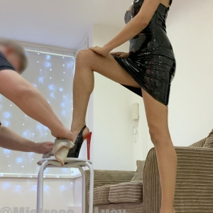This is the correct way for a slave to clean heels, no dirty tongue and germs required. Good boy :)